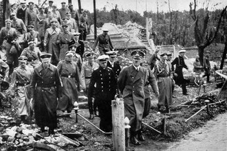 Адольф Гитлер во время поездки в завоеванную Польшу