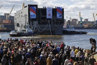 Во время спуска на воду кормовой части корабля-дока типа «Мистраль» на Балтийском заводе (апрель 2014 года)