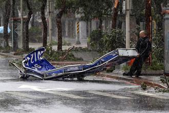 Последствия тайфуна «Соуделор» в Тайбэе, Тайвань, 8 августа 2015 года