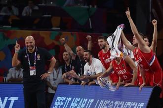 Сербская скамейка запасных сборной Сербии радуется результативному действию команды