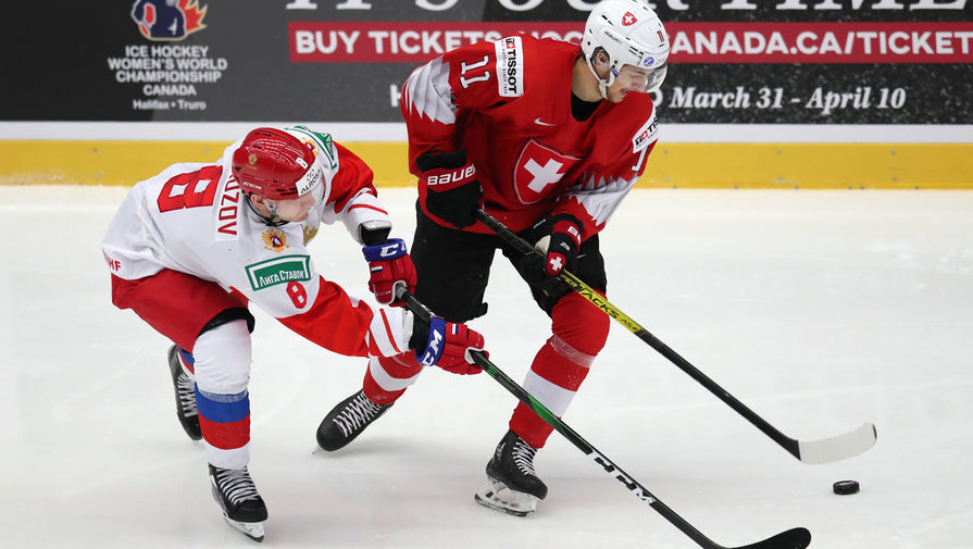 Иван Морозов (Россия) и Жереми Гербер (Швейцария) в матче 1/4 финала молодежного чемпионата мира