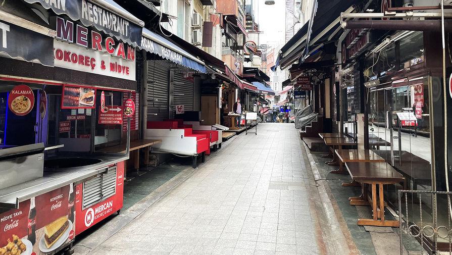 Закрытые магазины на одной из улиц неподалеку от Гранд-базара в Стамбуле, 18 апреля 2021 года