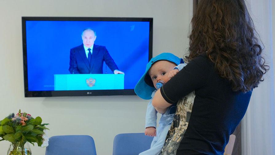 Путин предложил еще одну единовременную выплату семьям со школьниками