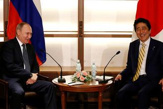 Президент России Владимир Путин и премьер-министр Японии Синдзо Абэ на встрече в городе Нагато, 15 декабря 2016 года