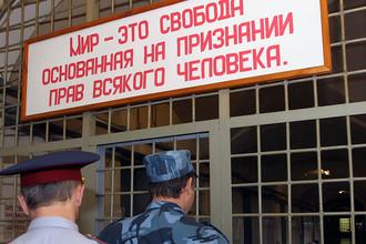 Сотрудники ФСИН России в коридоре СИЗО №2 в Москве, 2011 год