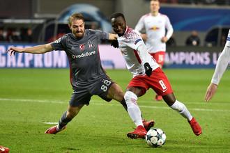 Футболист «Бешикташа» Джанер Эркин (слева)