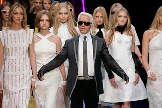 Карл Лагерфельд в окружении моделей (слева от кутюрье российская модель Наталья Водянова) на показе коллекции Chanel в Париже, 2007 год