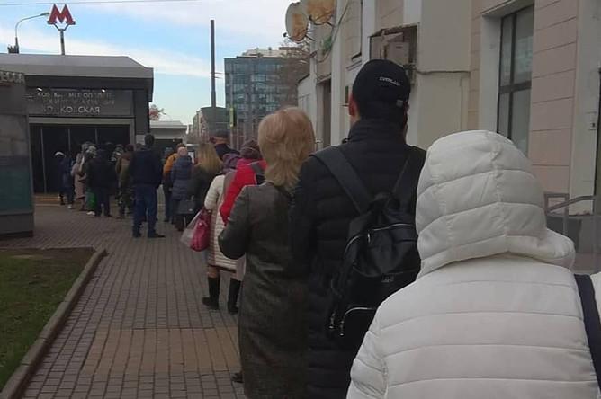Очередь на вход на станцию Войковская Московского метрополитена, 15 апреля 2020 года