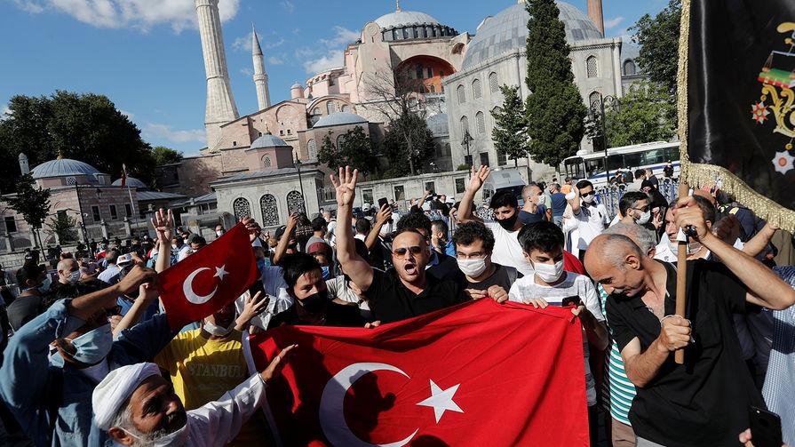 Люди около собора Святой Софии в Стамбуле после новостей об изменении статуса постройки, 2020 год