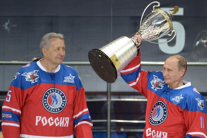 Президент РФ Владимир Путин (справа) после матча между сборной командой чемпионов Ночной хоккейной лиги (НХЛ) и сборной Правления и почетных гостей Ночной хоккейной лиги (НХЛ). Слева — президент НХЛ Александр Якушев
