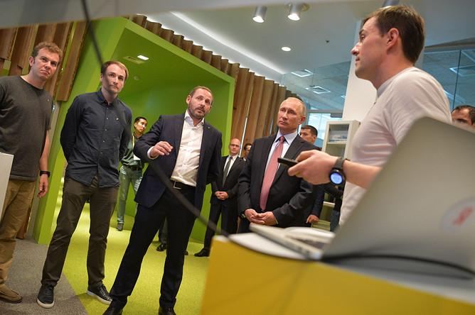 Владимир Путин и генеральный директор «Яндекс» Аркадий Волож во время посещения московского офиса компании, 21 сентября 2017 года