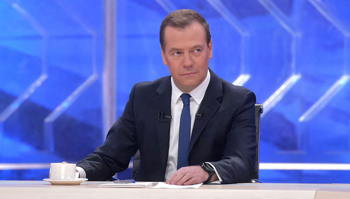 Председатель правительства России Дмитрий Медведев во время интервью журналистам пяти российских...