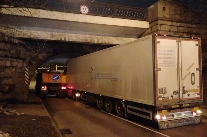 Последствия инцидента с участием двух грузовых автомобилей на Красноказарменной набережной в Москве, 22 декабря 2017 года