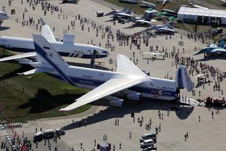 Самолет Ан-124 «Руслан» авиакомпании «Волга-Днепр» (на первом плане) и самолет Ил-96-400Т (на втором плане) на международном авиасалоне МАКС-2011 в Жуковском