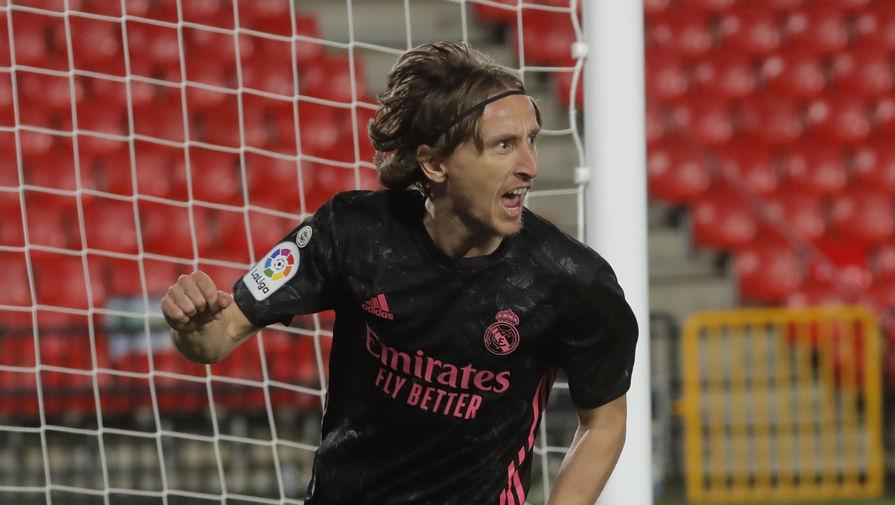 Лука Модрич празднует гол в матче «Гранада» — «Реал»