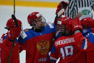 Хоккеисты юниорской сборной России празднуют гол в ворота соперников