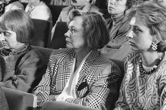Дочери Никиты Сергеевича Хрущева — Рада (слева), Юлия (в центре) и правнучка Ксения (справа) на вечере, посвященном дню рождения Н.С. Хрущева, в Центральном доме кинематографистов, 1989 год