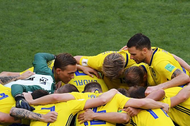 Игроки сборной Швеции перед в матче 1/4 финала чемпионата мира по футболу между сборными Швеции и Англии