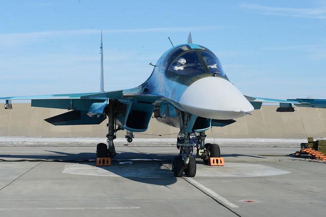 Экипаж Су-34 осуществляет запуск двигателей и готовится к рулению на исполнительный старт.