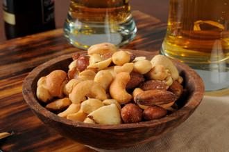 Любители орехов больше пьют, но меньше курят