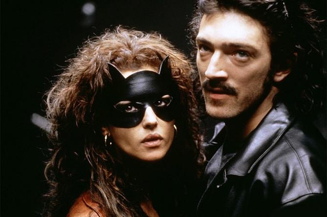 Моника Беллуччи и Венсан Кассель в сцене из фильма «Доберман», 1997 год