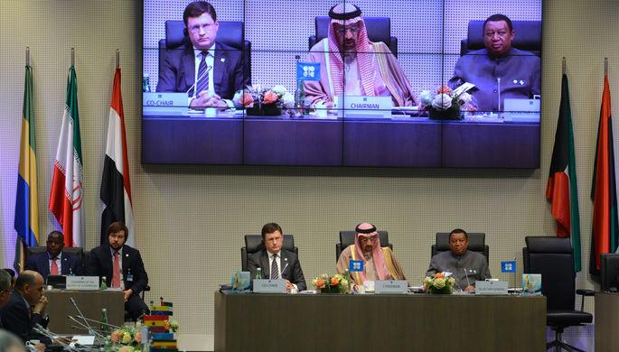 Генсек ОПЕК Мухаммед Санус Баркиндо, президент ОПЕК, министр энергетики Саудовской Аравии Халид...