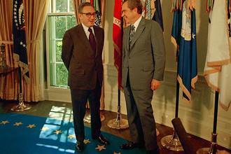 Президент Ричард Никсон поздравляет госсекретаря США Генри Киссинджера после того, как тот вместе с вьетнамским дипломатом Ле Дык Тхо стал лауреатом Нобелевской премии мира, октябрь 1973 года