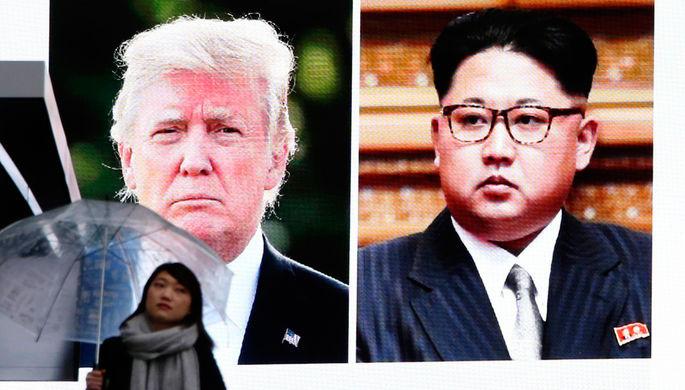 Изображение президента США Дональда Трампа и высшего руководителя КНДР Ким Чен Ына на экране в...
