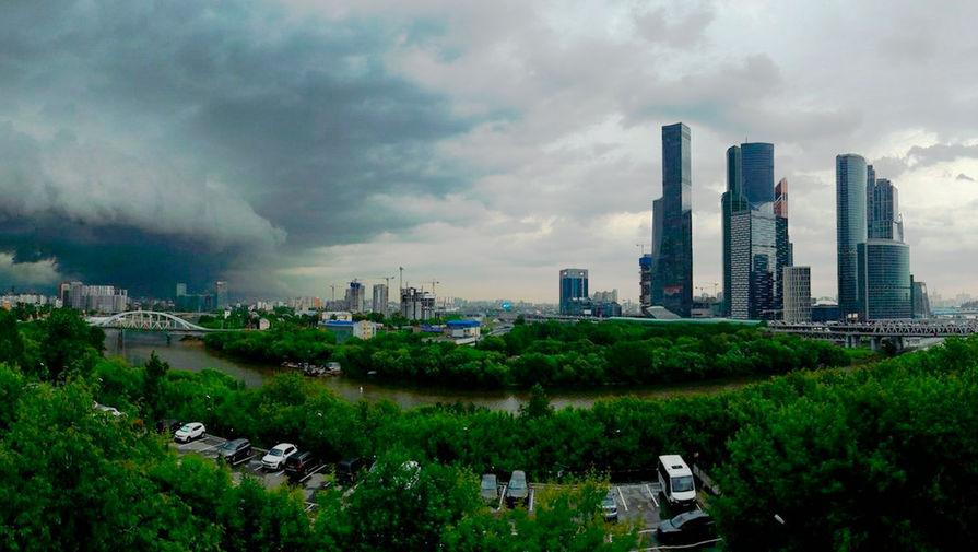 Спасатели предупредили москвичей о сильном ветре, граде и грозе