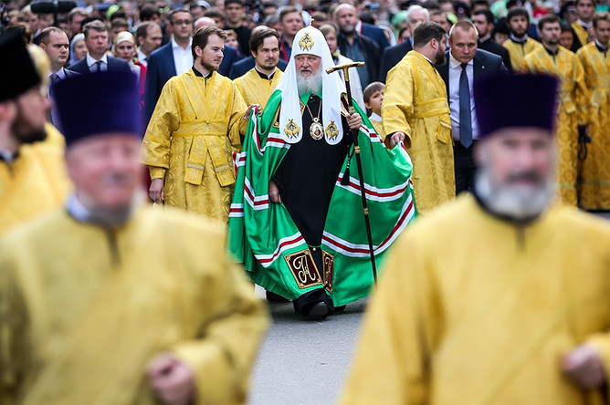 Патриарх Московский и всея Руси Кирилл (в центре) во время крестного хода по исторической Петровской дороге от Московского Кремля к древнему Высоко-Петровскому монастырю