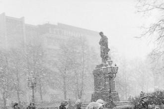 16 ноября 1989 года. Москвичи на Пушкинской площади во время первого снега в столице