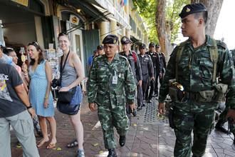 Туристы и полицейские Таиланда на улице Бангкока, 2015 год