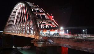 Поезд «Таврия», следующий по маршруту Санкт-Петербург- Севастополь на Крымском мосту