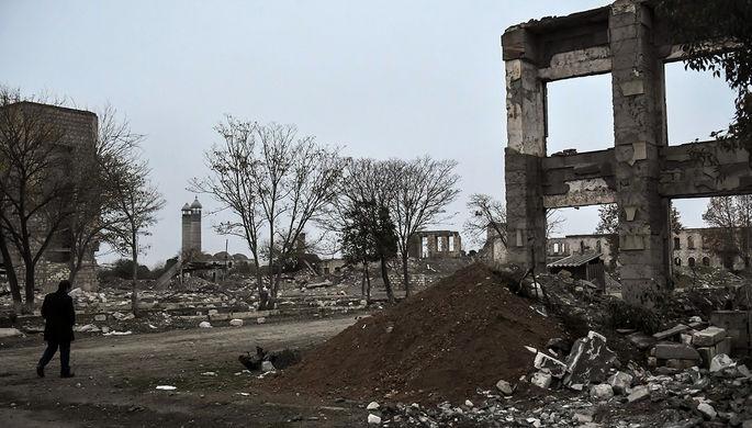 Мужчина на улице разрушенного города Агдам
