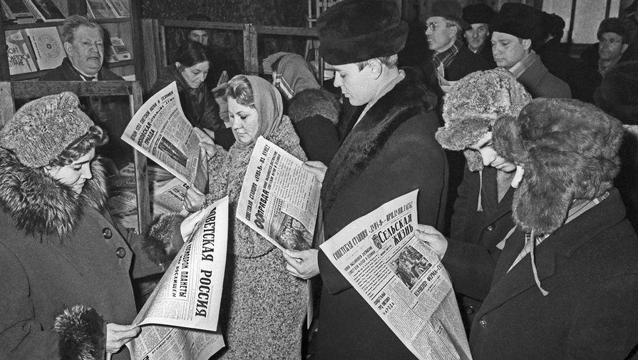 Москвичи знакомятся с сообщением об успешном прилунении советской космической станции «Луна-9», 4 ноября 1966 года