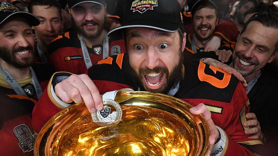 Команда ХК «Авангард» празднует победу в Кубке Гагарина Континентальной хоккейной лиги. В центре: Илья Ковальчук окунает медаль в кубок с шампанским, 28 апреля 2021 года
