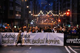 Демонстранты несут плакат с надписью «Баскских заключенных домой» во время демонстрации в защиту прав заключенных ЭТА в Бильбао, 2011 год
