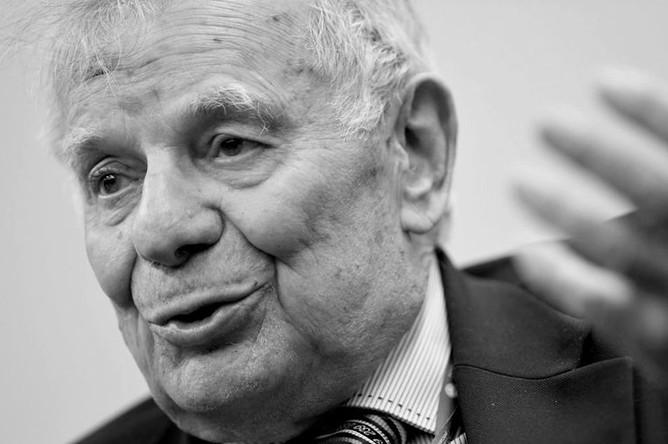 <b>Жорес Алферов (15 марта 1930 — 1 марта 2019)</b> Советский и российский ученый-физик, политический деятель. Алферов был единственным из проживающих в последнее время в России лауреатов Нобелевской премии по физике. Также он являлся автором более 500 научных работ, трех монографий и 50 изобретений. Кроме того, Алферов был депутатом всех созывов Госдумы с 1995 года