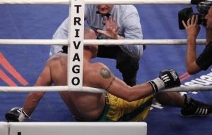 Уго Гарай оказывается на полу после нокаута от Марко Хука