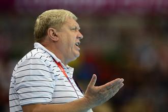 Евгений Трефилов шлепает гандболисток по заднице