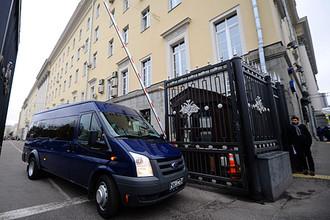 Машина сотрудников СК РФ у здания подконтрольной Минобороны РФ компании ОАО «Оборонсервис»