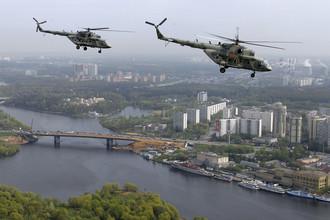 Вертолеты Ми-17 в небе над Москвой