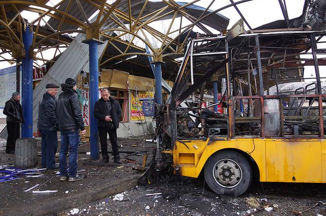 Разрушенные павильоны на автостанции, где в результате попадания снаряда сгорел маршрутный автобус, погибли люди