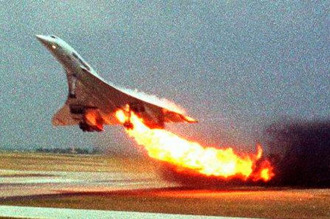 Cамолет «Конкорд» компании Air France разбился через несколько секунд после вылета из парижского аэропорта 25 июля 2000 года