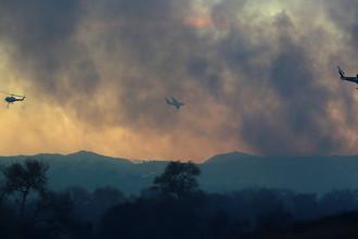 Тушения пожара с вертолетов в городе Бонсалл, Калифорния, США, 7 декабря 2017 года
