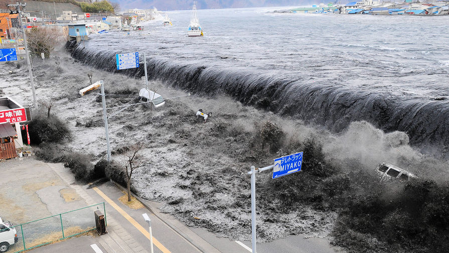 Цунами обрушивается на город Мияко, Япония, 11 марта 2011 год