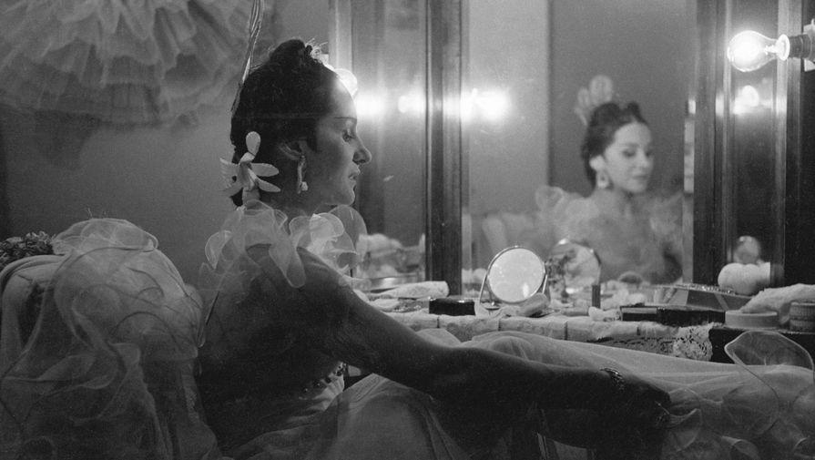 Балерина, народная артистка РСФСР Ольга Васильевна Лепешинская в гримерке Большого театра перед выходом на сцену, 1948 год