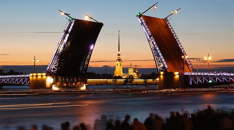 Дворцовый мост и Петропавловская крепость, июнь 2015 года. Фото: Петр Ковалев/ТАСС
