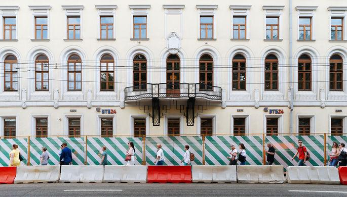 Прохожие на улице Воздвиженка во время масштабной реконструкции улиц летом 2016 года