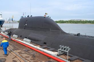 Первая многоцелевая атомная подводная лодка (АПЛ) проекта «Ясень» К-560 «Северодвинск» у причала оборонной судоверфи «Севмаш» в Северодвинске